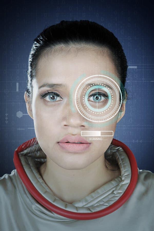 De ogen van het vrouwenaftasten op identificatiesysteem stock afbeelding