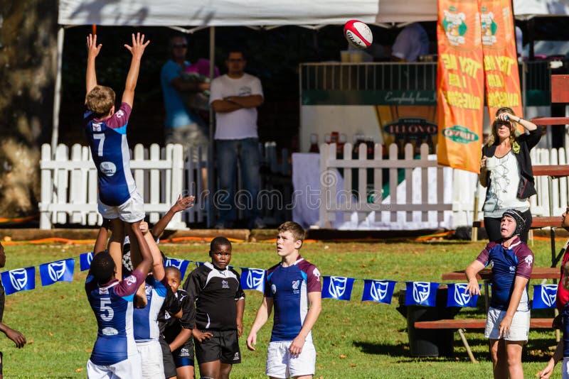 De Tieners van de Actie van het rugby lijn-uit stock afbeeldingen