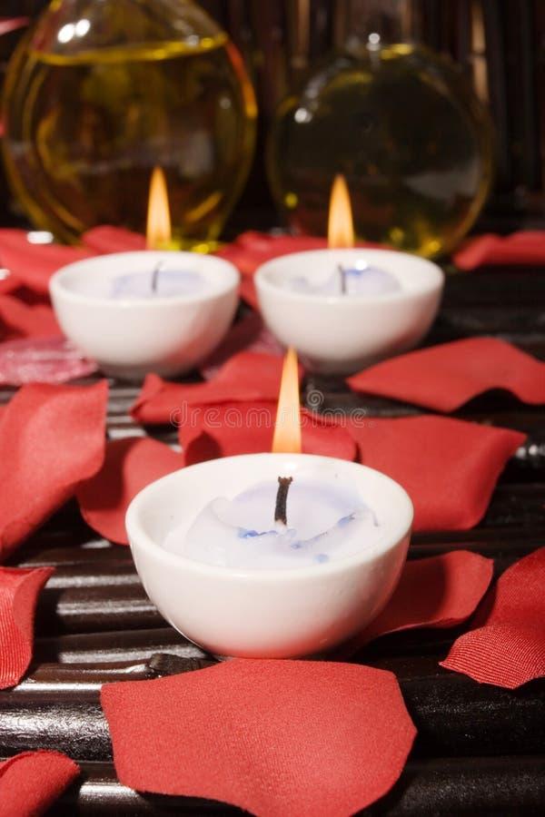 De oliën en de kaarsen van de massage stock fotografie