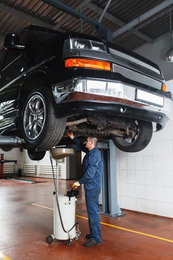 De olie en de transmissieinspectie van de veranderingsmotor stock afbeelding