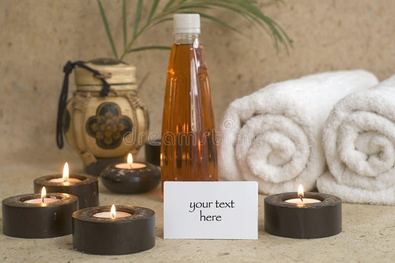 De olie van de massage met kaarsen en handdoeken royalty-vrije stock afbeelding