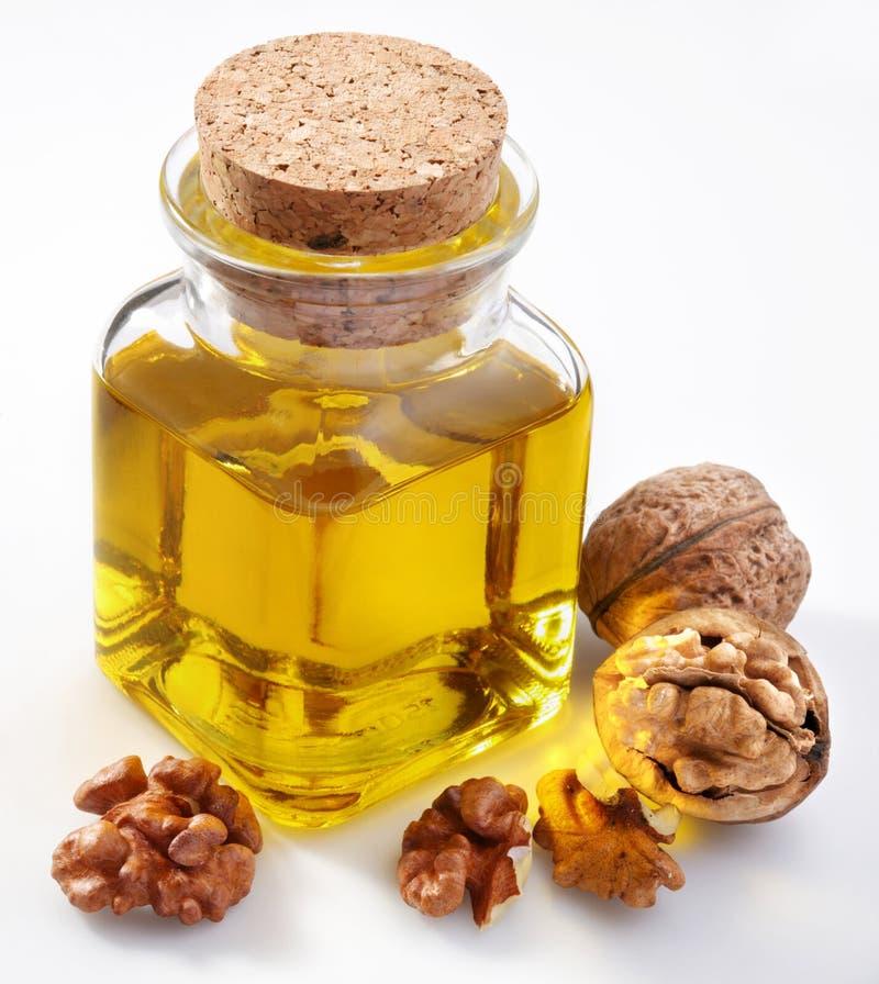 De olie van de okkernoot met noten royalty-vrije stock afbeelding