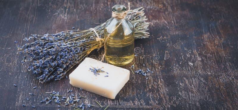 De olie van de lavendel, kruidenzeep en badzout stock foto's