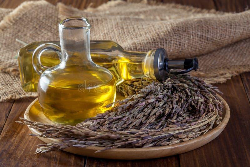De olie van rijstzemelen in flessenglas royalty-vrije stock foto