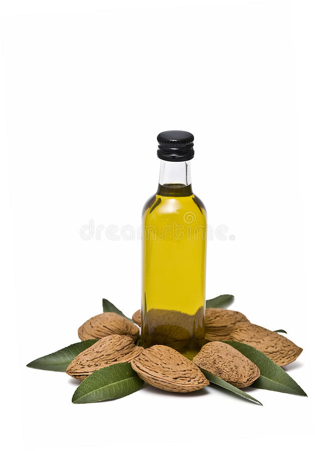 De oliefles van de amandel en sommige amandelen. royalty-vrije stock afbeelding