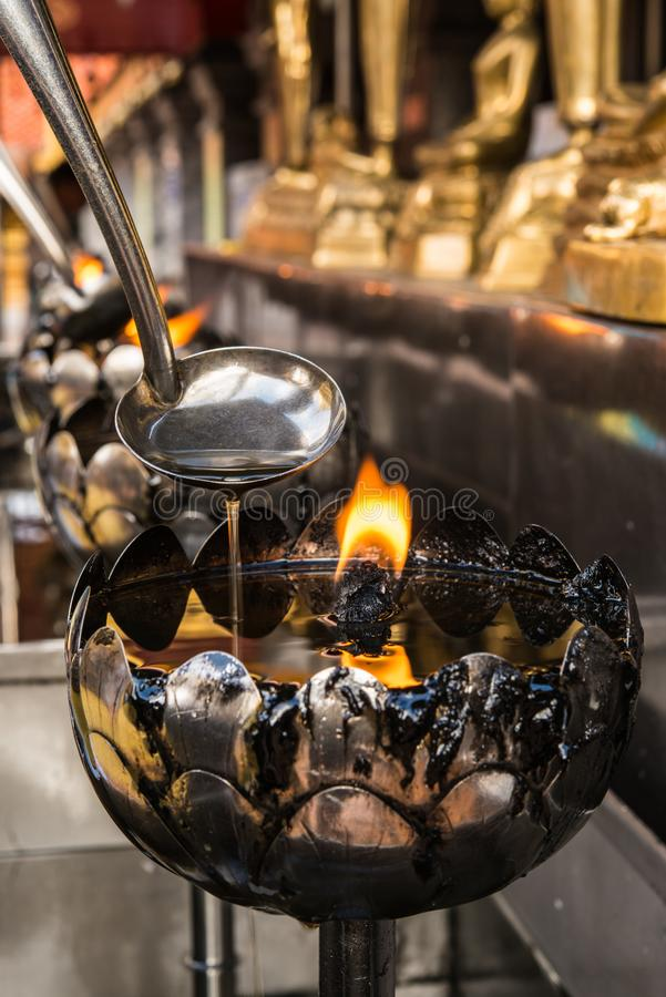 De olielampen in een Boeddhistisch klooster, beliveable van Buddish ref stock foto
