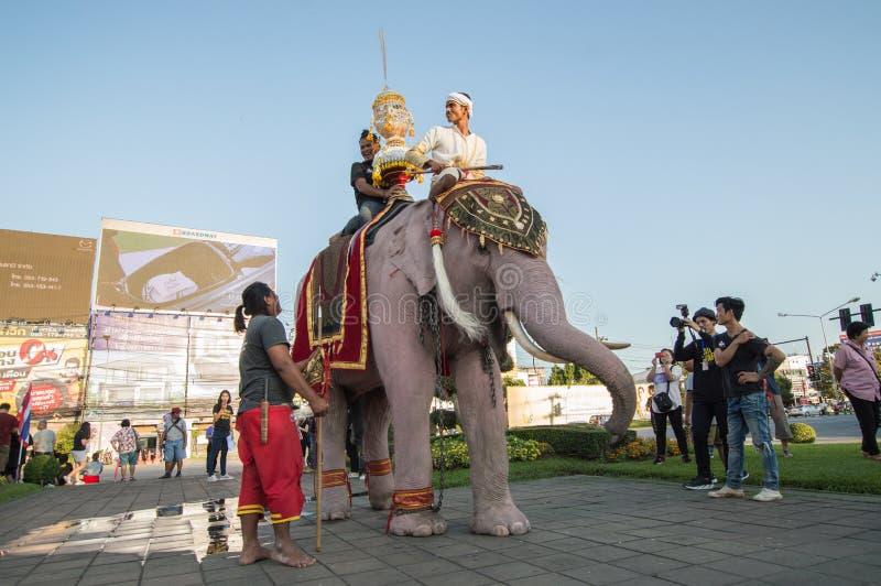 De olifant en de Thaise mensen die die Thaise kleding in traditionele stijl in parade voor de bevorderde Nationale Spelen van 46s stock afbeelding
