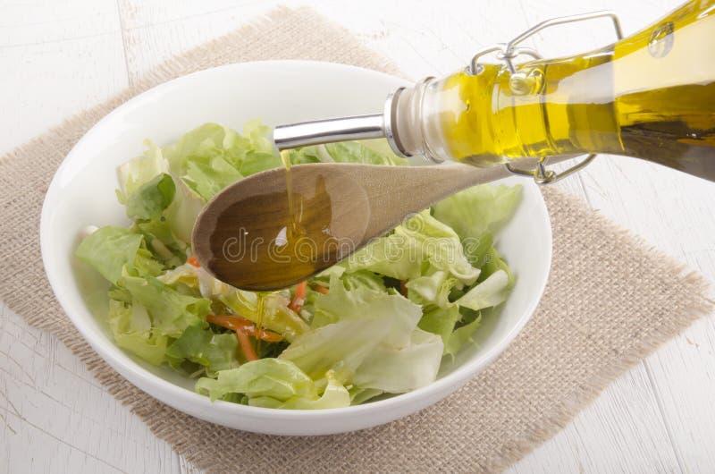 Download De Olijfolie Wordt Gegoten In Een Saladekom Stock Afbeelding - Afbeelding bestaande uit groen, spaans: 39104043