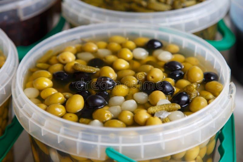 De olijven behouden binnen in een pot stock afbeeldingen