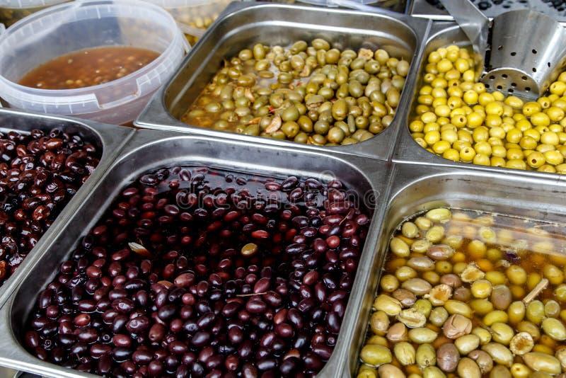 De olijven behouden binnen in potten stock afbeelding