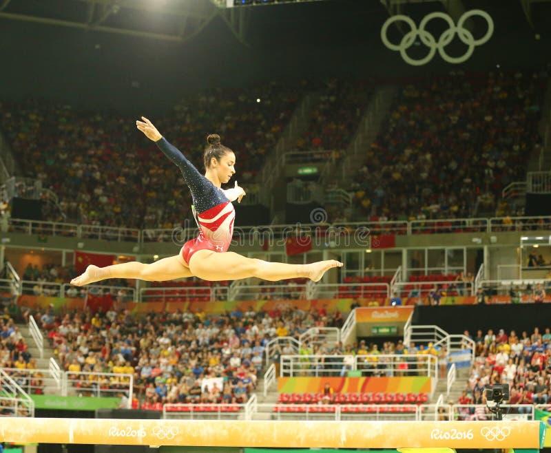De olympische kampioen Aly Raisman van Verenigde Staten concurreert op de evenwichtsbalk bij het team globale gymnastiek van vrou stock afbeelding