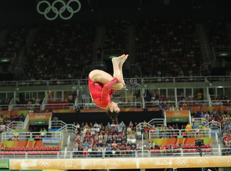 De olympische kampioen Aly Raisman van Verenigde Staten concurreert op de evenwichtsbalk bij vrouwen` s globale gymnastiek in Rio royalty-vrije stock afbeelding