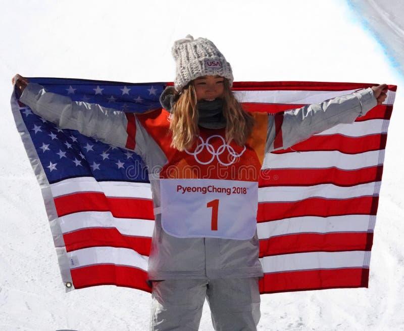 De olympische kampioen Chloe Kim viert overwinning in vrouwen` s snowboard halfpipe def. bij 2018 de Winterolympics stock afbeeldingen