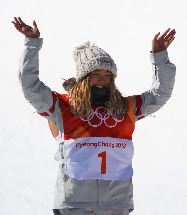 De olympische kampioen Chloe Kim viert overwinning in vrouwen` s snowboard halfpipe def. bij 2018 de Winterolympics royalty-vrije stock fotografie