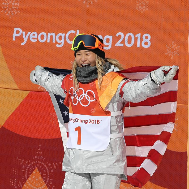 De olympische kampioen Chloe Kim viert overwinning in vrouwen` s snowboard halfpipe def. bij 2018 de Winterolympics stock fotografie