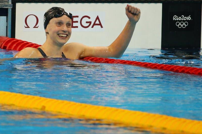 De olympische kampioen Katie Ledecky van de V.S. viert overwinning bij het vrije slag van Vrouwen 800m van Rio 2016 Olympische Sp stock afbeeldingen