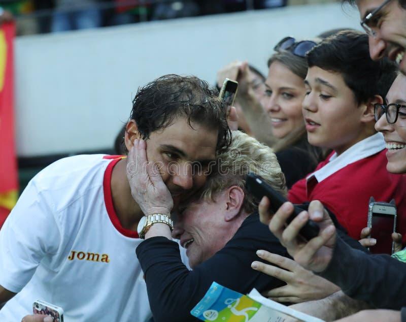 De olympische kampioen Rafael Nadal van Spanje met tennisfan na mensen ` s kiest halve finale van Rio uit 2016 Olympische Spelen stock foto