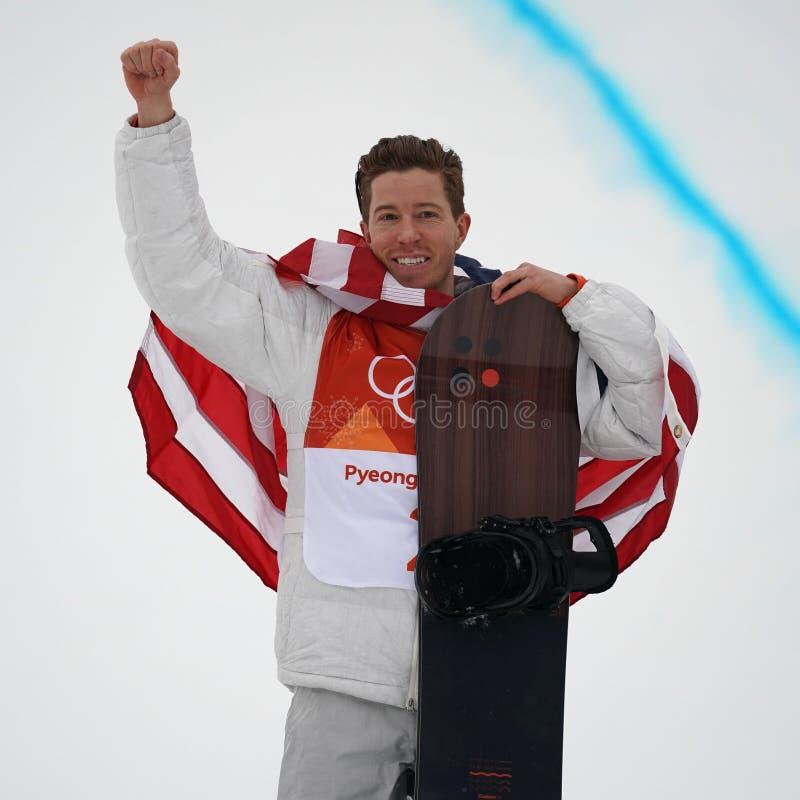 De olympische kampioen Shaun White viert overwinning in mensen` s snowboard halfpipe def. bij 2018 de Winterolympics royalty-vrije stock fotografie