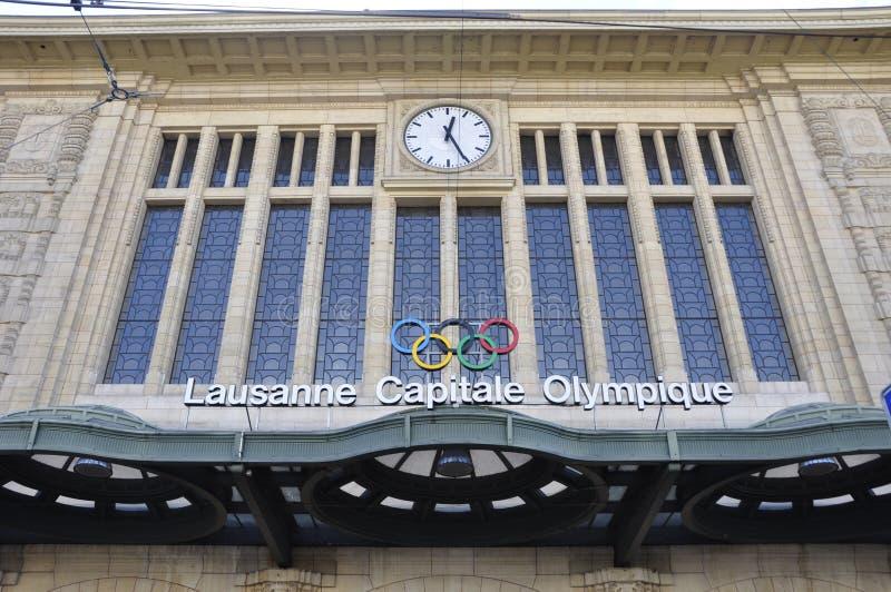 De olympiska cirklarna på stationen för Lausanne stadsdrev i Schweiz arkivbilder