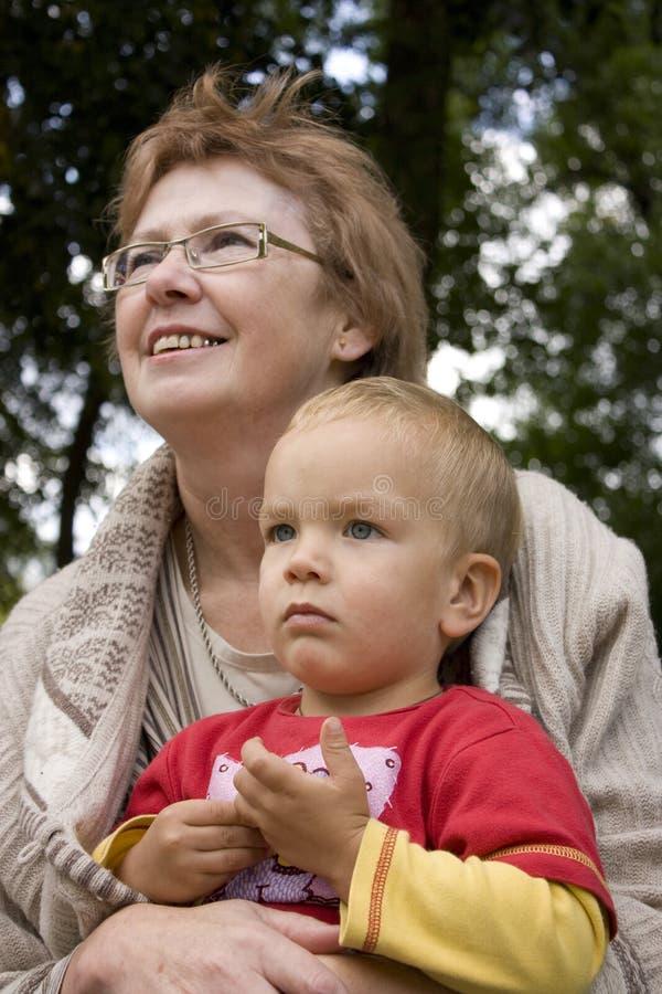 De oma houdt zijn kleinzoon in zijn wapens. royalty-vrije stock fotografie