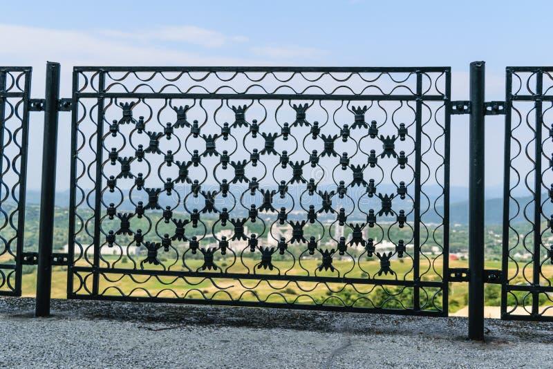 De omheining van het staalfabriekmetaal - detail van mooie decoratieve hand gesmede metaalomheining stock afbeeldingen