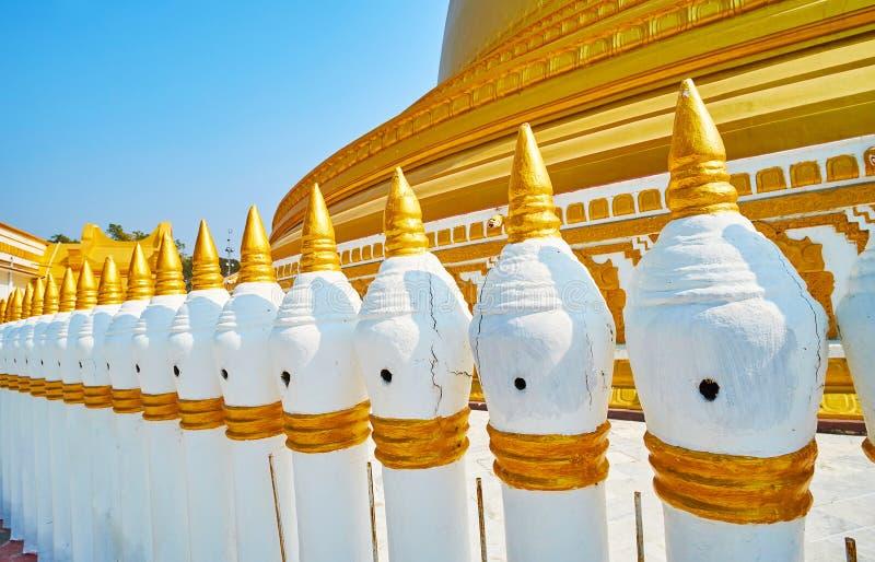 De omheining van Kaunghmudaw-Pagode, Sagaing, Myanmar stock afbeeldingen