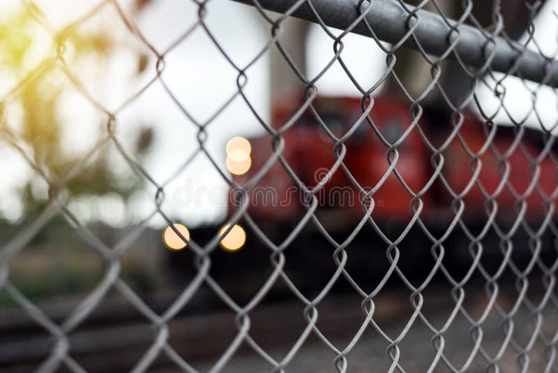De omheining van de kettingsverbinding met goederentrein stock foto