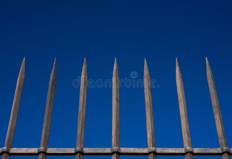 De omheining van staalbars met blauwe hemel stock afbeeldingen