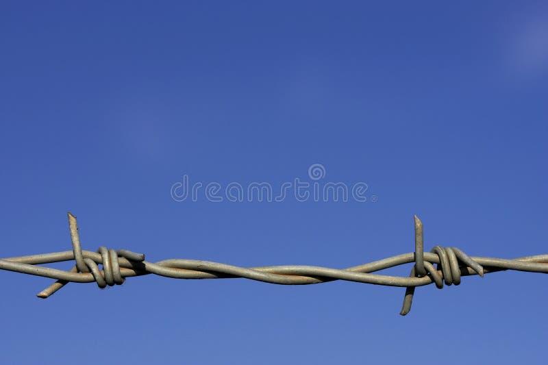 De omheiningsdetail van het prikkeldraad stock fotografie