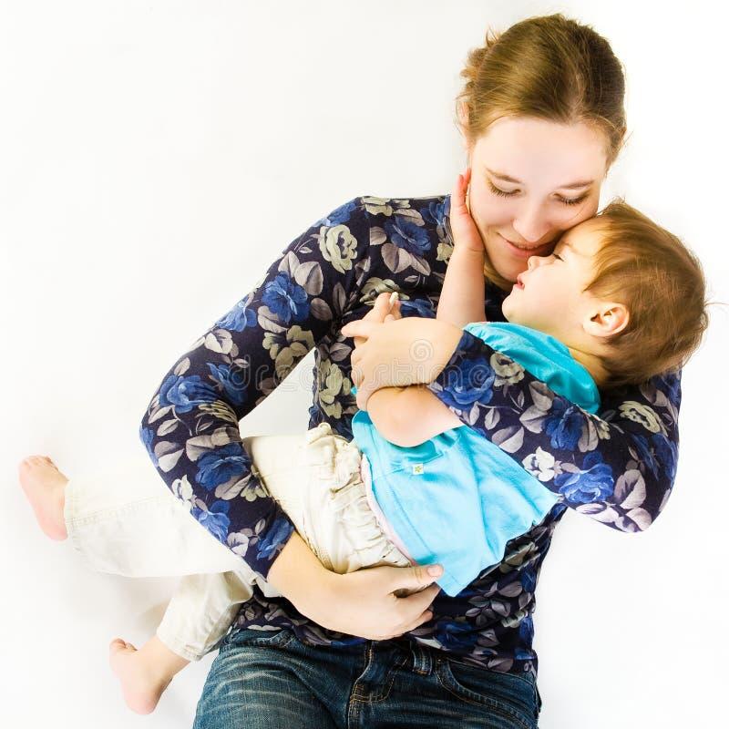 De Omhelzingen die van de moeder Baby slapen royalty-vrije stock afbeeldingen