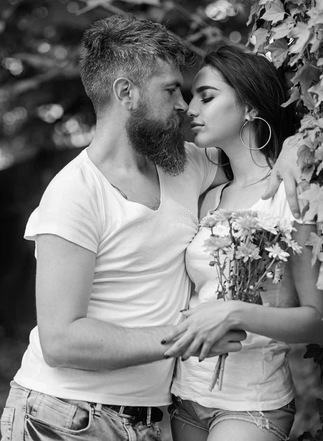 De omhelzingen schitterend meisje van mensen gebaard hipster Van de de datumaard van de paarliefde romantische het parkachtergron royalty-vrije stock afbeelding