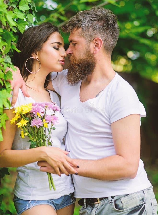 De omhelzingen schitterend meisje van mensen gebaard hipster Van de de datumaard van de paarliefde romantische het parkachtergron stock foto
