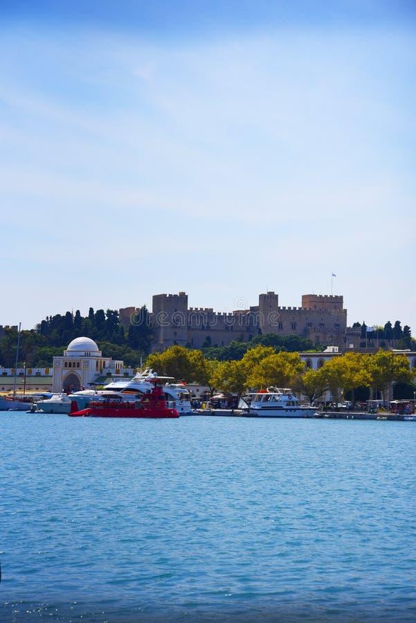 De ommuurde stad van Rhodos van Mandraki-Haven op het Eiland Rhodos royalty-vrije stock foto