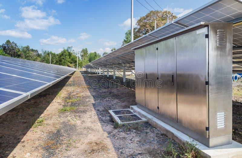 De omschakelaarsdoos met polycrystalline siliciumzonnecellen of photovoltaics in zonneelektrische centrale verschijnt absorbeert  royalty-vrije stock foto