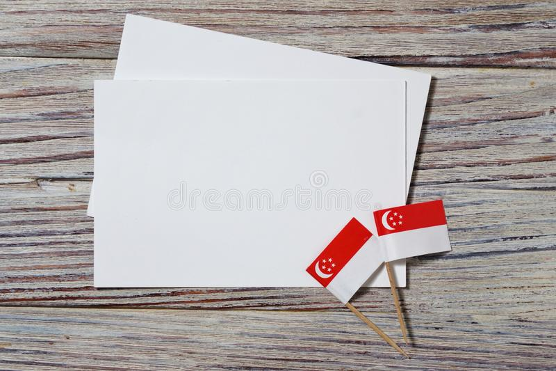 De Onafhankelijkheidsdag van Singapore 9 Augustus het concept vrijheid, onafhankelijkheid en patriottisme minivlaggen met bladen  royalty-vrije stock fotografie