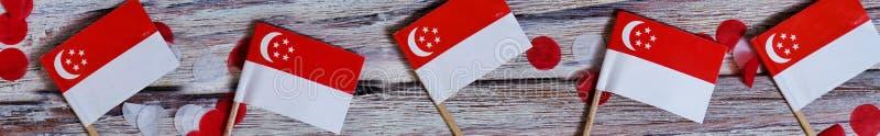 De Onafhankelijkheidsdag van Singapore 9 Augustus het concept vrijheid, onafhankelijkheid en patriottisme minivlaggen met confett royalty-vrije stock fotografie