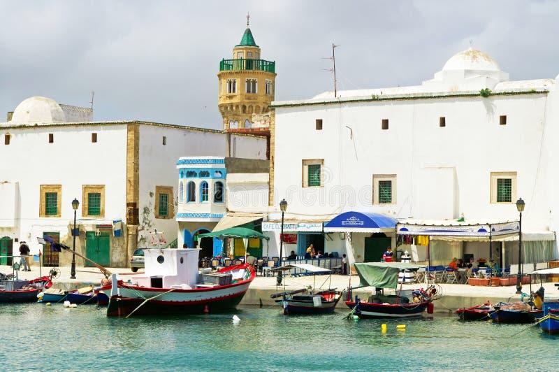 De onbekende mensen rusten in toevlucht Bizerte, Tunesië royalty-vrije stock fotografie
