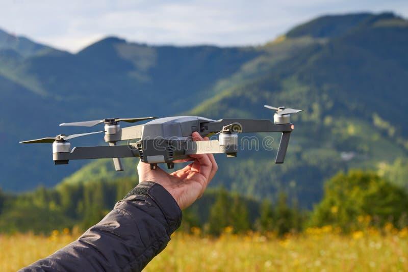 De onbemande vierling met een digitale camera, een toerist houdt in zijn hand stock afbeeldingen