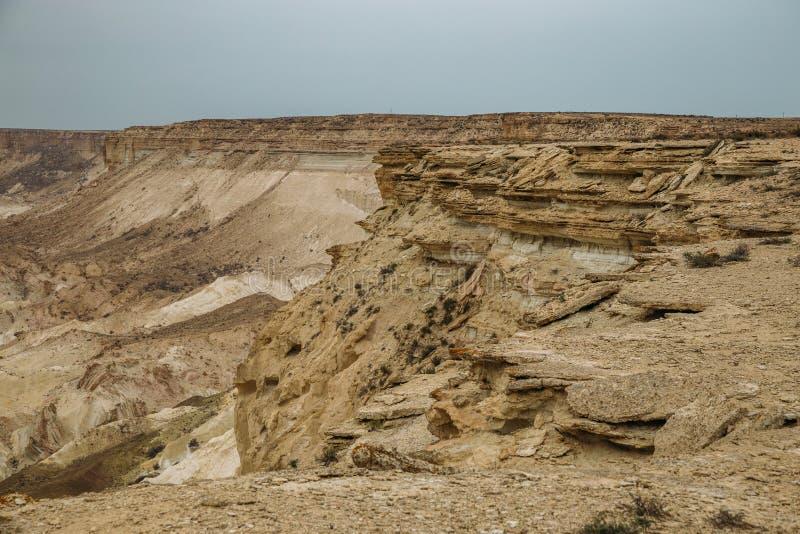 De onderbreking bij de rand van het plateau is Ustyurt, klippen, spleten, Kazachstan royalty-vrije stock afbeeldingen