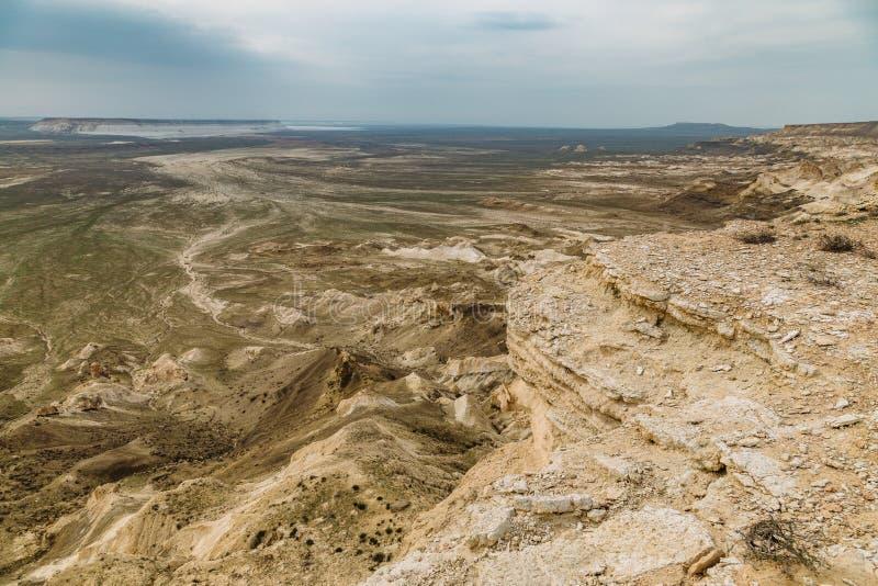 De onderbreking bij de rand van het plateau van Ustyurt, klippen, spleten, Kazachstan stock afbeeldingen