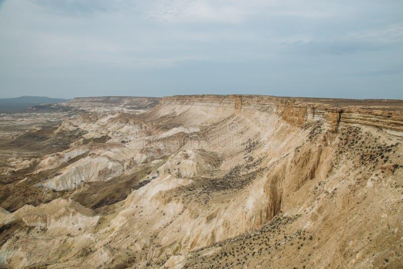 De onderbreking bij de rand van het plateau van Ustyurt, klippen, spleten, Kazachstan royalty-vrije stock fotografie