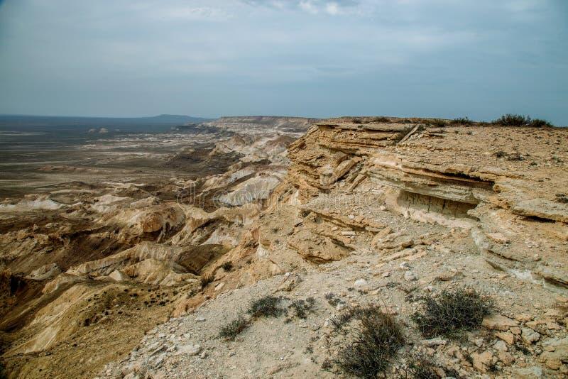 De onderbreking bij de rand van het plateau van Ustyurt, klippen, spleten, Kazachstan royalty-vrije stock foto's