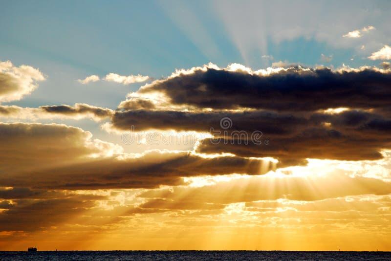 De onderbreking van zonstralen door de wolken royalty-vrije stock foto