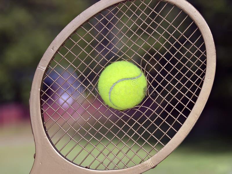 De Onderbrekingen van de Bal van het tennis door de Koorden van het Racket stock afbeeldingen