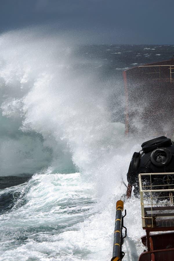 De onderbrekingen van de onweersgolf aan boord van de tanker stock foto's