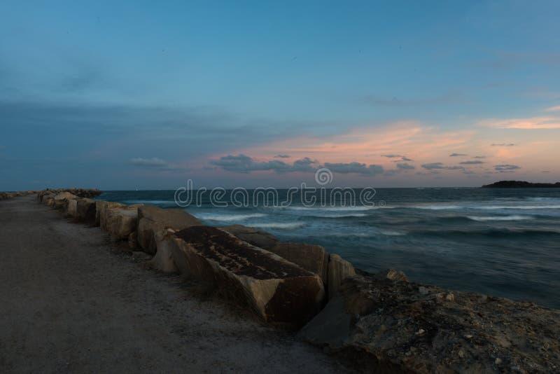 De Onderbrekingsmuur bij Keerder` s Strand in Yamba, Australië stock afbeelding