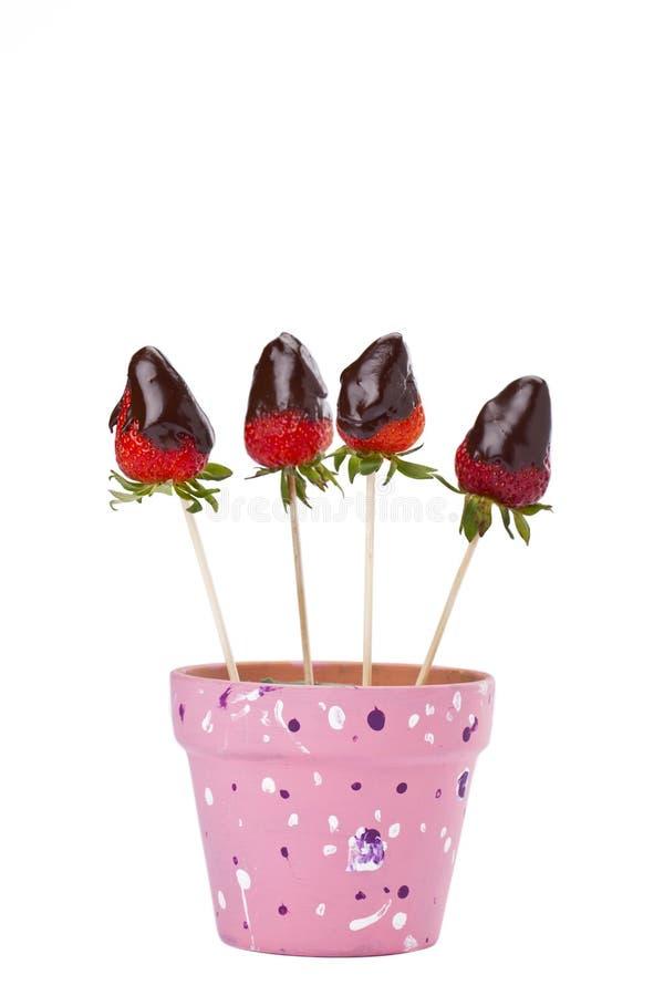 De onderdompeling van de aardbei in chocolade stock foto's