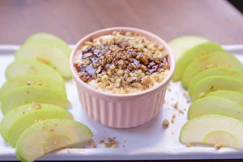 De Onderdompeling van karamelapple met noten, karamelvulling en verse appelplakken stock foto's
