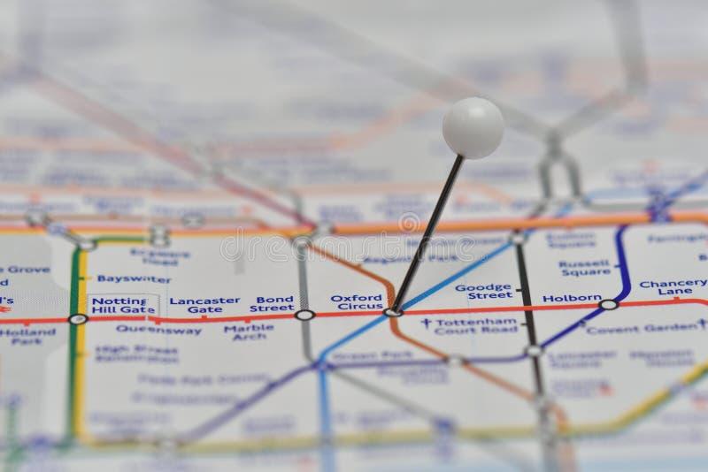 De Ondergrondse Kaart van Londen met speld in het Circuspost van Oxford stock foto