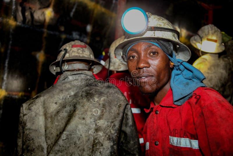 De ondergrondse mijnwerkers die van Platinachrome ontploffingsgaten boren stock afbeeldingen